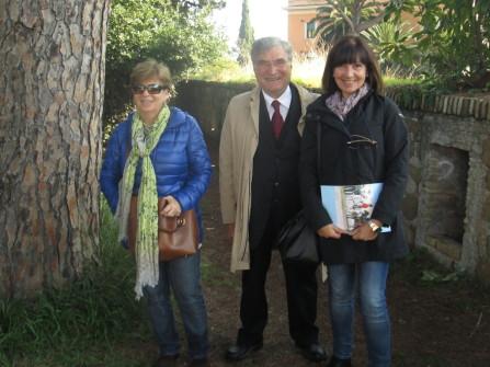 Enrico Luciani tra le insegnanti della III A:  le prof.sse Giovanna Strinati (a sinistra) e Silvana Leiduano