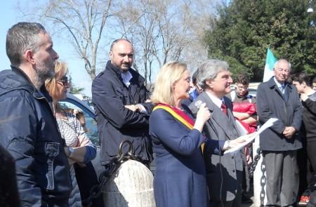 Sabrina Alfonsi Presidente del Municipio Roma I Centro svolge il suo appassionato discorso sull'Unità d'italia: con lei Enrico Luciani e i Consiglieri Mauro Cioffari e Stefano Tozzi