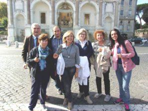 Foto ricordo al Fontanone. In primo piano, da sinistra, le prof.sse Stefania Bacolini, Margherita Vittiglio, Maria Airoldi, Alice Vais, Barbara Barzuoli. In secondo piano: Enrico Luciani e Roberto Calabria