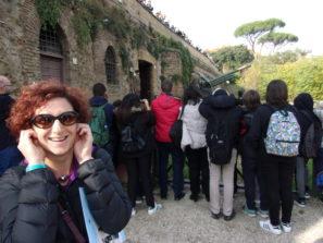 Arrivati al cannone, pur sorridente, la prof.ssa Paola Zerbino si preoccupa dell'udito…