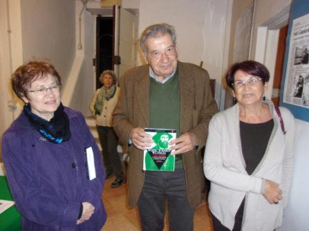 le nostre Bibliotecarie Stefania Cassia (a sinistra) e Giovanna De Luca ringraziano Ettore Dazzara per il libro su Ugo Bassi donato alla Biblioteca Cipriani Comitato Gianicolo