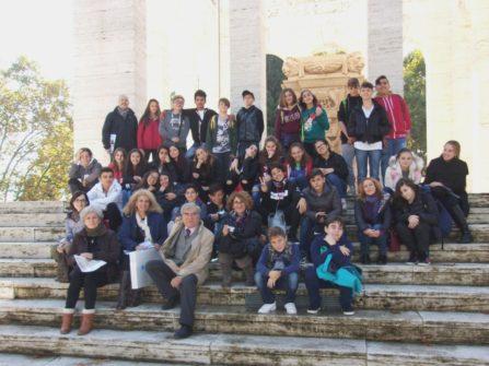 Foto di gruppo al MAUSOLEO OSSARIO – autorizzata