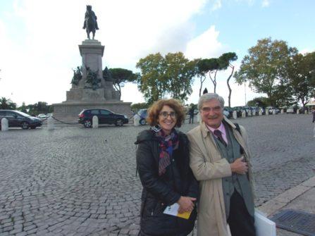 Enrico Luciani e la prof.ssa Paola Como contenti, si salutano a Piazzale Garibaldi: la visita è andata bene