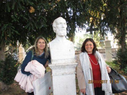 A-Veramente democratiche e autorevoli le prof.sse Sara Protopapa (a destra) e Loredana Antonelli, in posa con il busto di PISACANE : occorre ricordare anche Sapri e la spigolatrice