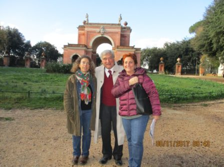 da sinistra: la prof.ssa Carolina Troyli, Enrico Luciani e la prof.ssa Lucia D'Amore per la III G