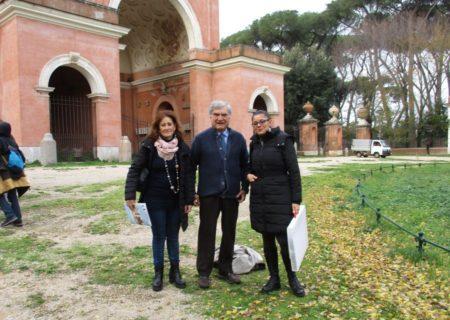 Enrico Luciani tra la prof.ssa Marina Schiavone (a sinistra) e la prof.ssa Martina Di Napoli