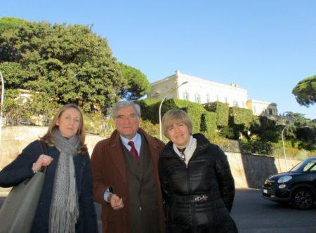Da sinistra la prof.ssa Sara Cherubini, Enrico Luciani, la prof.ssa Tiziana Di Crescenzo: sullo sfondo, in alto, Villa Aurelia nel 1849 quartier generale di Garibaldi