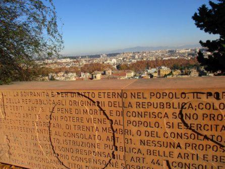 Gli articoli della Repubblica romana del 1849, incisi sul parapetto del Belvedere: si legge l'abolizione della pena di morte