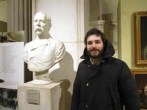 Marco Valerio Solìa accanto al busto di Agostino Bertani nella sala del Museo Centrale del Risorgimento