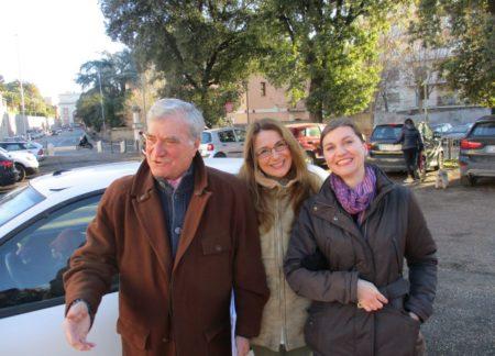 Enrico Luciani con la mamma di Luca e l'assistente Luciana Viola attendono l'arrivo della classe III B del Gramsci