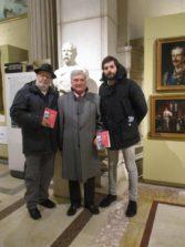 Da sinistra: Antonio Cardellini, Enrico Luciani e Marco Valerio Solìa, davanti al busto di Bertani