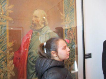 Clara nella sala garibaldina davanti all'immagine di Giuseppe Garibaldi