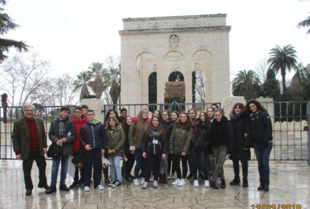 Foto ricordo per la III B: a sinistra Enrico Luciani, sulla destra le prof.sse Sabina Rossillo e Gianna D'Acchioli
