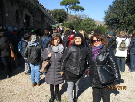 Daniela Donghia, sulla destra, con le proff.sse Antonietta Senesi e Simona Cappelli della II A
