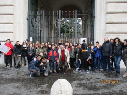 Foto ricordo per le due classi, davanti al Museo della Repubblica romana
