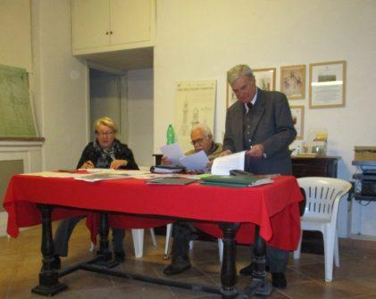 Al tavolo: Marisa Pietracci, segretaria dell 'assemblea, Gianfranco Martini, presidente dell'assemblea , Enrico Luciani, presidente uscente dell'associazione