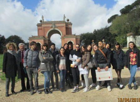 Foto ricordo per la classe IV AM della prof.ssa Marisa Tulli con Enrico Luciani
