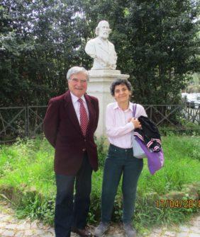 Enrico Luciani con la prof.ssa Lucia De Santis davanti al Busto di Menotti Garibaldi