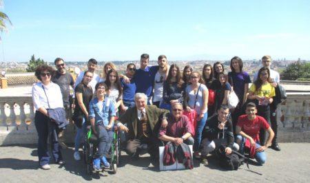 Foto della Classe IV B del'IIS PIRELLI al Fontanone . Sulla sinistra la prof. Marina Muscatello , al centro Enrico Luciani e Massimo Capoccetti