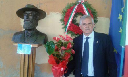 Patrizio Colantonio con la corona Ass. Sbarco Di Anzio e Circolo Cipriani di Roma e i fiori della nostra associazione