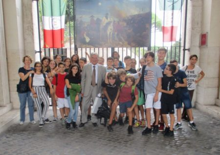 Foto di gruppo al Museo R. R. . Sulla sinistra la prof. Alba Michelotti, sulla destra la prof. Leonarda Notarangelo, al centro Enrico Luciani