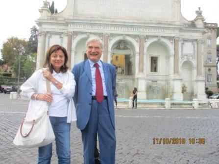 Guidano la III I : la prof.ssa Enrica Cicatiello ed Enrico Luciani (alle loro spalle il Fontanone dell'acqua paola)