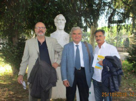 Al Parco Gianicolense, foto ricordo. Da sinistra: il prof. Emilio Paolo Papò, Enrico Luciani e l'assistente Salvatore Calabrese