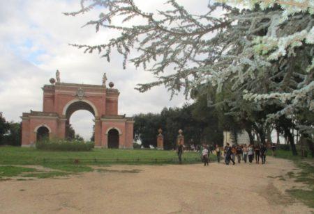 Arrivano a piedi dalla scuola, attraversando Villa Pamphili. Bravi!