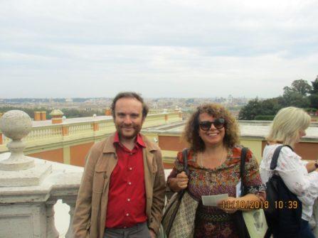 Guidano la III A : il prof. Gabriele Anaclerio e Daniela Donghia (alle loro spalle il panorama di Roma)