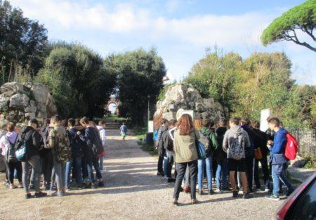 I due gruppi all'ingresso della Villa pronti ad entrare sui luoghi della memoria del 1849