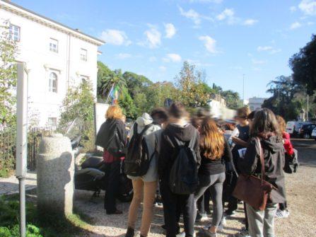 La classe 1°A con la prof.ssa Luisa Sordi in ascolto: Noemi Grimaldi spiega i luoghi e mostra il pannello VILLA PAMPHILI