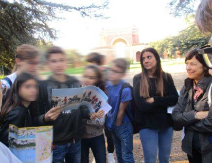 La classe 1° F con la prof.ssa Laura Tanchis e Adriana Di Palma, in ascolto dell'alunno che legge l'Esercito dei Romani