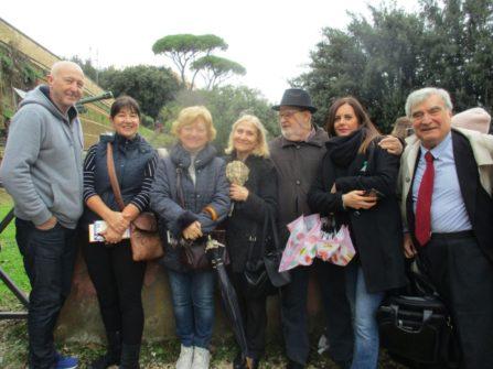 Foto ricordo al cannone: i due australiani con le prof.sse Mariella Valiani, Pierfranca Di Battista, e con Antonio Cardellini, Tiziana Portune ed Enrico Luciani