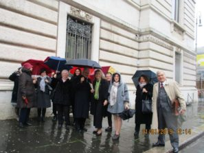 I resti del gruppo pronti alla passeggiata nonostante la pioggia