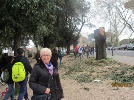 Ivana Colletta, contenta, saluta il gruppo dei ragazzi al termine della visita