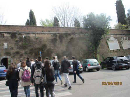 Tutti di corsa alle mura per entrare a Villa Sciarra