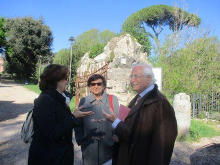 Arriva la prof.ssa Antonella Sparano e saluta i nostri Giovanna De Luca e Vittorio Verginelli