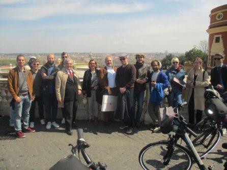 Davanti al Fontanone foto di gruppo con Francesco Luciani, Francesca Nassi e il conduttore Enrico Luciani