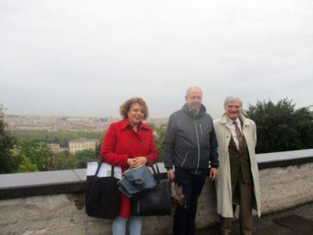 Daniela Donghia e il prof. Massimo Mengasini con Enrico Luciani che ha chiesto una foto con loro