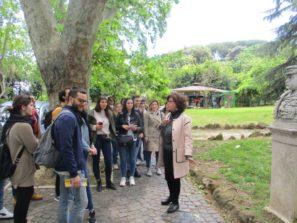 La prof.ssa Marina Formica in visita al Parco del Gianicolo, davanti al busto di Nino Bixio, racconta un aneddoto