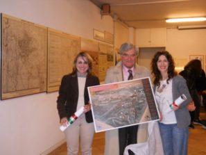 Al termine della visita, le proff. Ida Iannazzo e Arianna Capuzzo ricevono da Enrico Luciani l'immagine dal plastico del Museo del Genio, premio/dono da collocare nelle sede di Via Fabiola