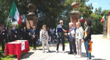 Claudio Bove e Enrico Luciani consegnano alla figlia ANNA, sulla sinistra, la targa ricordo dedicata a Cesare Balzarro per i suoi 90 anni e a premio dei suoi studi per Monteverde e la sua memoria storica