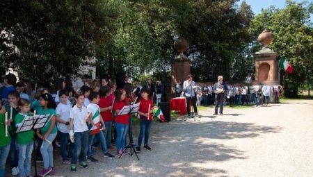 I flauti e i cori delle due scuole IC Via Fabiola e Bezzi e IC largo Oriani e Manzoni