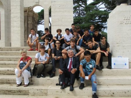 Foto di gruppo (autorizzata) per la classe 1 CT con Enrico Luciani e la prof.ssa Paola Cigni
