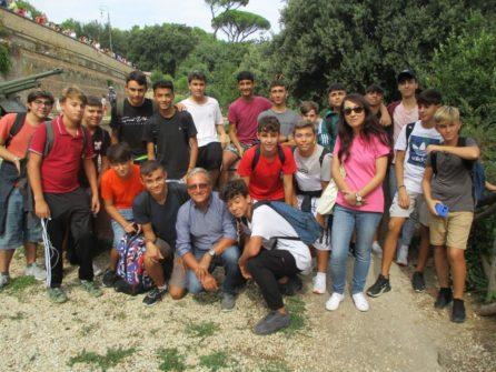 Foto di gruppo (autorizzata) per la classe 1 BL con Massimo Capoccetti e la prof.ssa Laura Matano