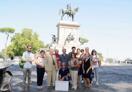 Foto di gruppo davanti al monumento di Giuseppe Garibaldi
