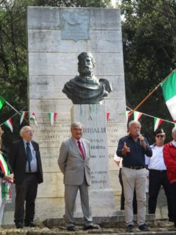 Inizia la cerimonia: introduce Giorgio Martellucci , presidente dell'Ass. il Risorgimento a Cala Martina, accanto a lui Enrico Luciani e il prof. Fabio Bertini