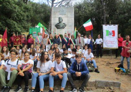 Foto ricordo per Giorgio Martellucci tra i vari rappresentanti istituzionali, anche Eugenio Fusignani, vice sindaco di Ravenna, e le varie associazioni risorgimentali