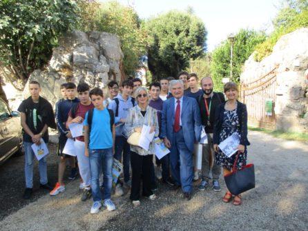 Foto di gruppo a Villa Pamphili per la classe 1 AL con le proff.sse Sabina Pistone, Graziella Farenza , insieme ad Enrico Luciani e Roberto Calabria