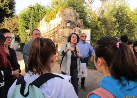 La professoressa Giovanna Odorisio organizza la classe III L davanti all'ingresso di Villa Pamphili- Largo 3 giugno 1849